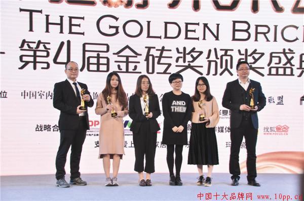 昊博代表(左一)上台领奖.jpg